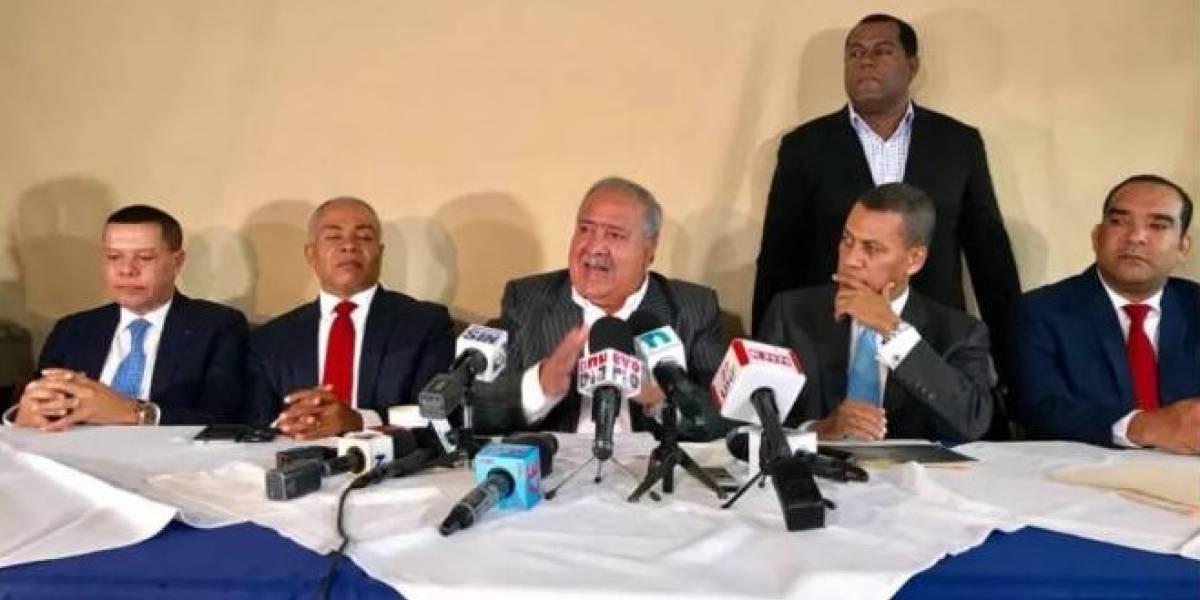 """Dirigentes PRD denuncian que Miguel Vargas supuestamente distribuye dinero a """"botellas"""""""