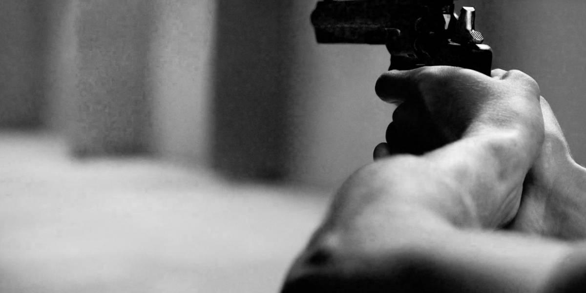 Hombre entra a escuela a matar a su esposa y deja a dos niños heridos