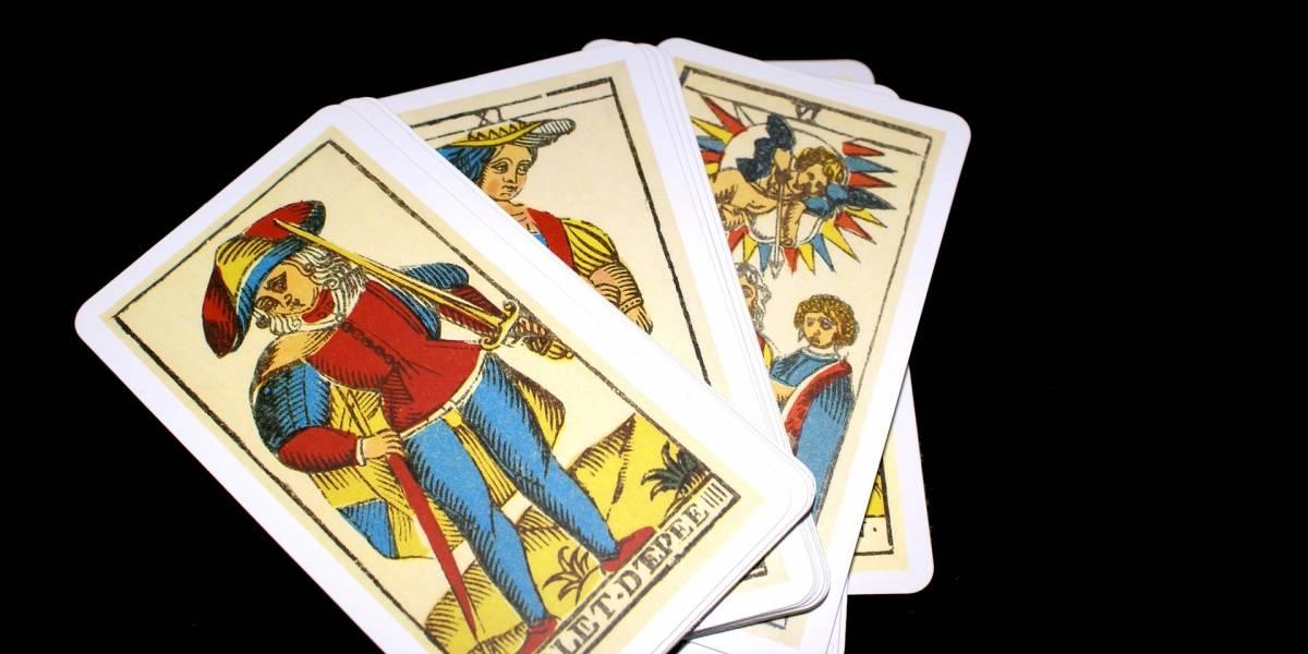Investigarán a jueza que también trabajaba como vidente y leía el tarot
