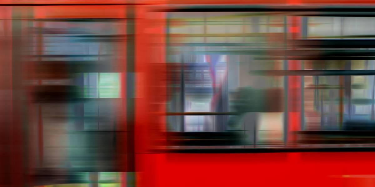 Consigue huir de una agresión sexual al saltar dentro del metro cuando las puertas se cerraban