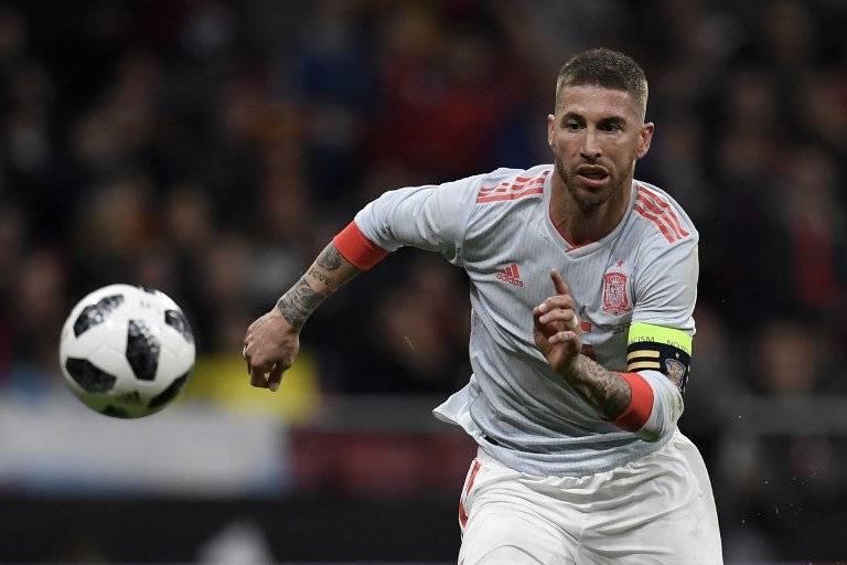 Sergio Ramos corre por el balón