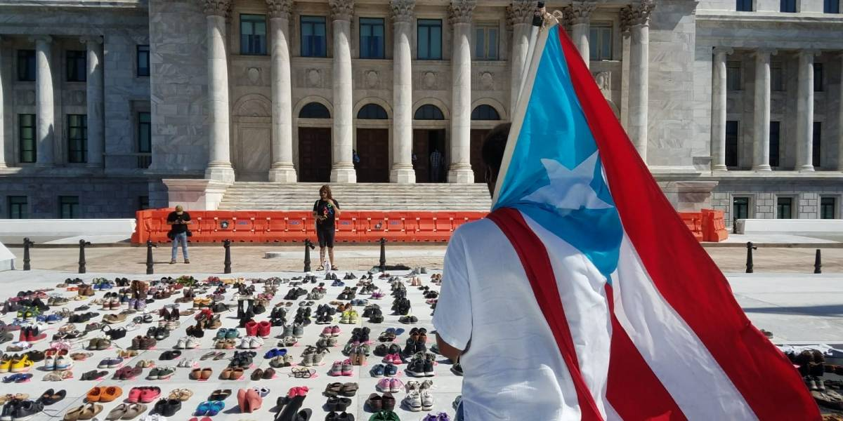 Cientos de zapatos víctimas de huracán María en el Capitolio