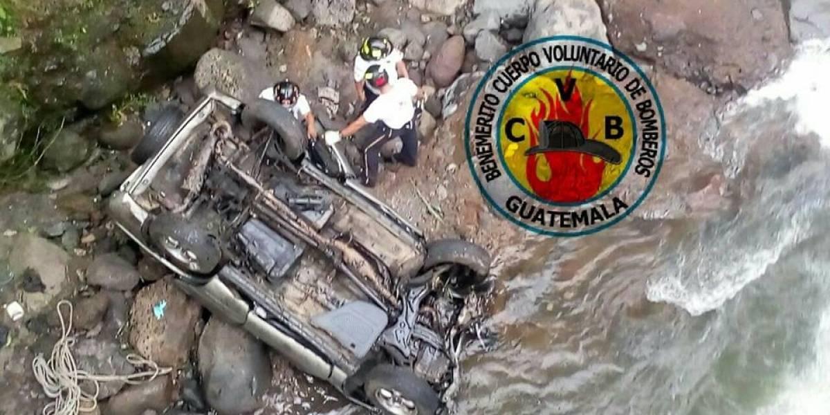 Una persona muere tras caer vehículo a barranco en Mazatenango