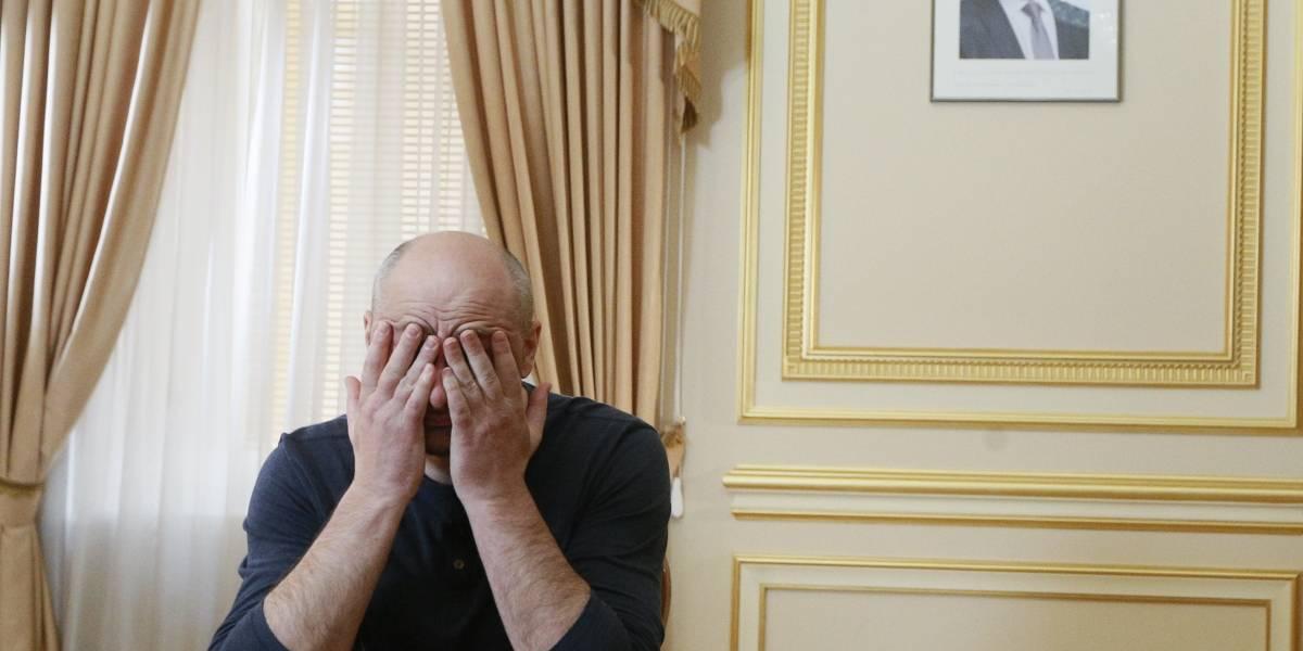 Se bañó en sangre de cerdo y tiroteó su polera: Así fingió su asesinato el periodista ruso