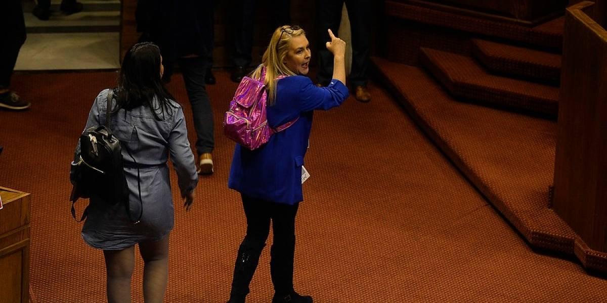 """Cuenta pública de Piñera: Pamela Jiles se roba todas las miradas de las redes sociales con sus """"risas irónicas"""" y mochila de Barbie"""