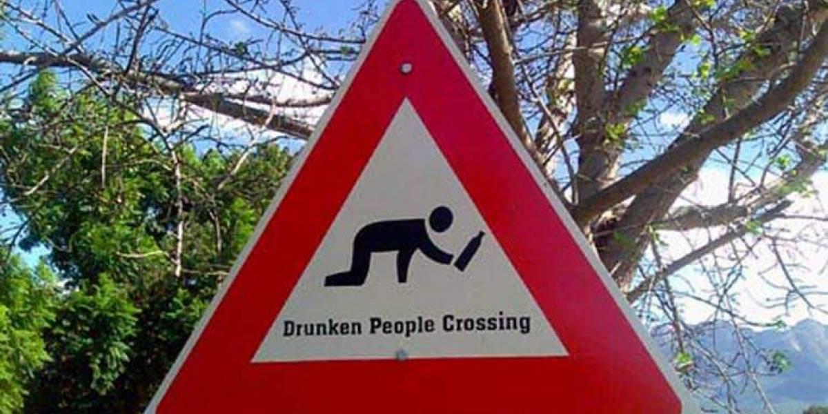 """Cosas de """"curaos"""": borracho protagoniza fuerte discusión con señal de tránsito, lo sacude con fuerza y todo termina con el vuelco más épico"""