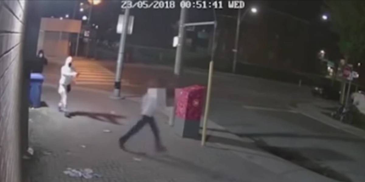 Fuerte video: Se salva de morir de un disparo porque se le atasca el arma al delincuente