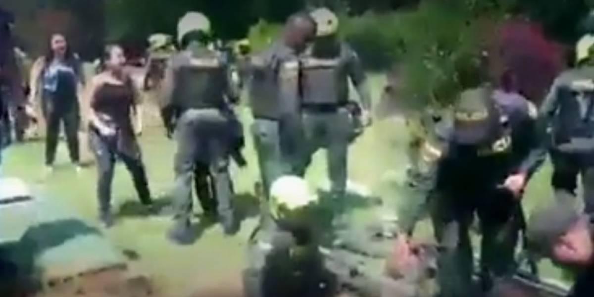 Policías ordenan abrir un ataúd en un entierro y le encuentran dos armas