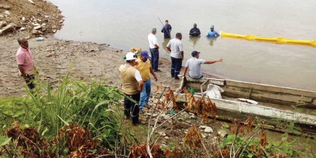 Autoridades de Ambiente controlan derrame de hidrocarburo en río de Ecuador