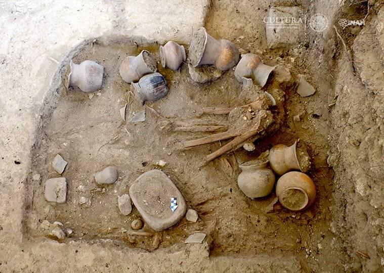 Un área de casi una hectárea alojaba entierros, material cerámico y vestigios de antiguas estructuras habitacionales. Foto: Lourdes López, INAH.