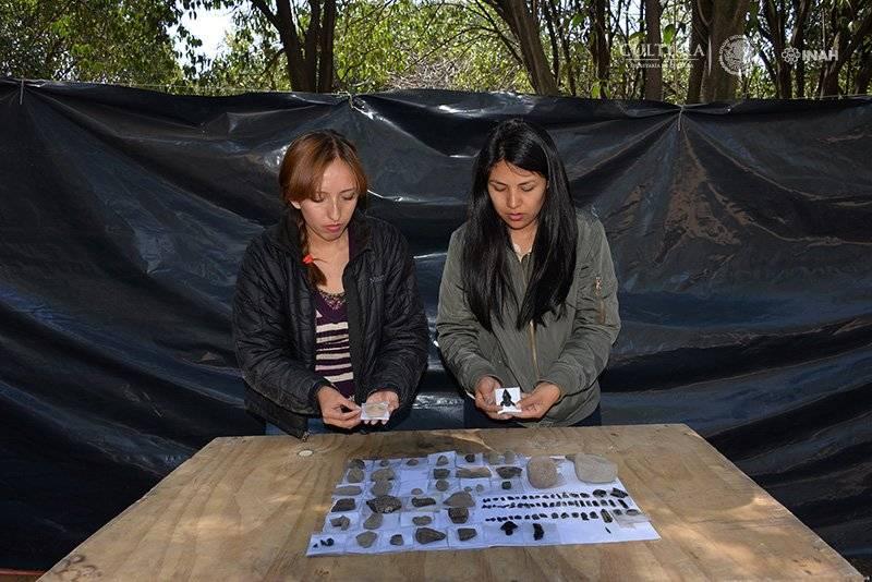 Arqueólogas ordenan algunos de los elementos localizados. Foto: Melitón Tapia, INAH