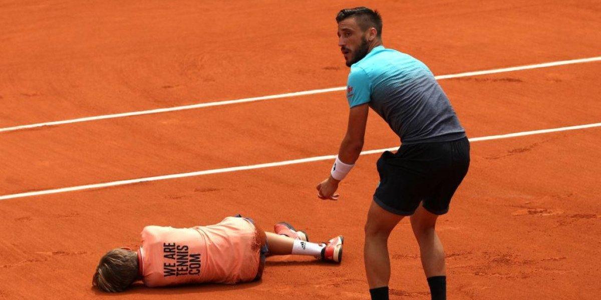 Pudo ser peor: El insólito choque del bosnio Dzhmhur con un pasapelotas en Roland Garros