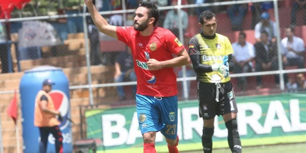Carlos Kamiani celebra un gol con Municipal