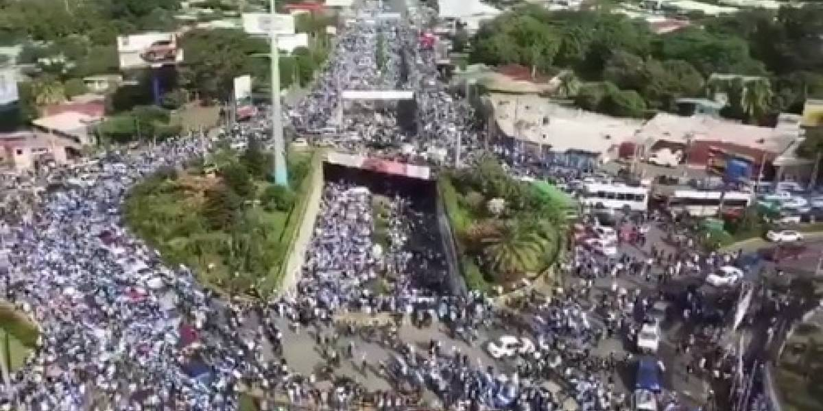 VIDEO. ¡Fuerza Nicaragüenses! Entierran a víctimas de multitudinaria protesta