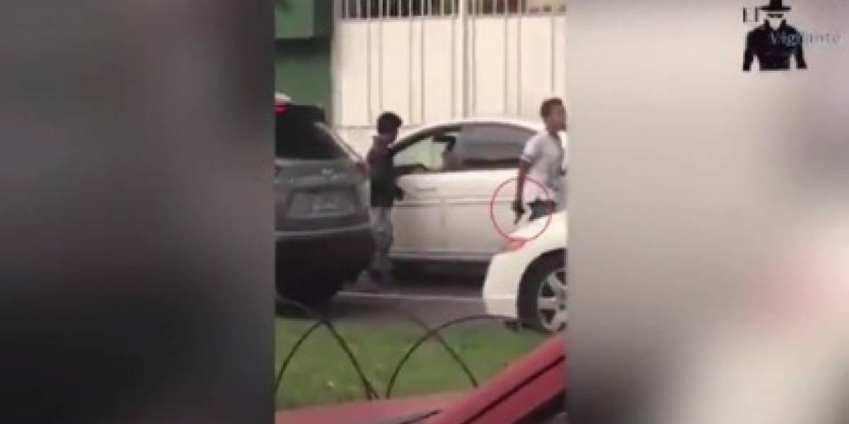 VIDEO. Captan a dos hombres, desplazándose a pie, asaltando a conductor en avenida Reforma