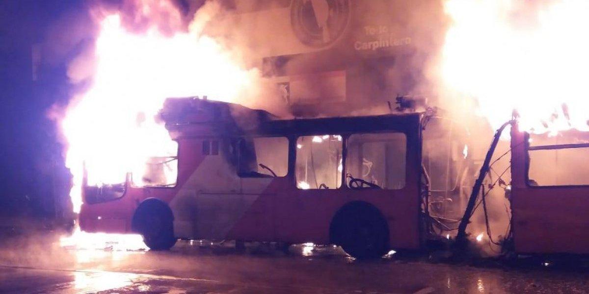 Noche violenta del viernes: Incendian micro de Transantiago en Matucana en el marco de protestas feministas