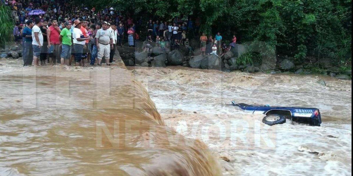 Lluvia provoca que picop vuelque en Malacatán San Marcos y provoca tragedia