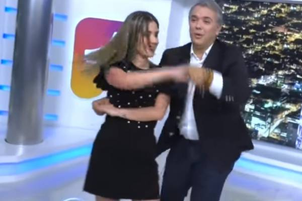 Iván Duque baila salsa