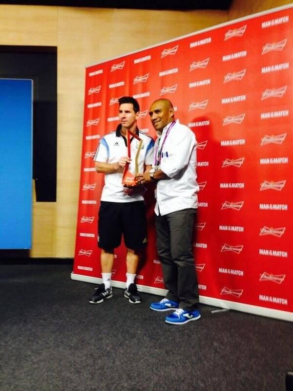 Messi recibe el premio dado por Juan Carlos Plata