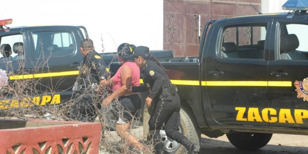 PNC rescata a mujer víctima de su conviviente, quien recibió a balazos a agentes