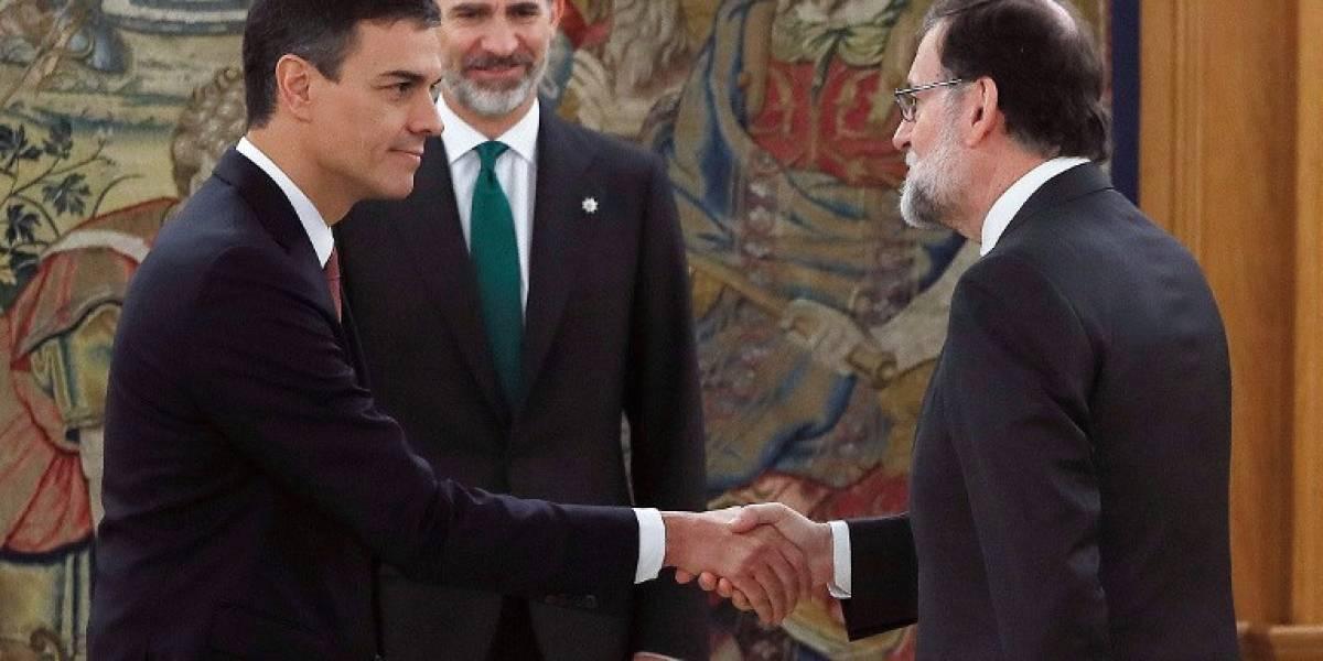 """En congruencia con sus pensamientos, nuevo presidente en España asume """"sin la Biblia y el crucifijo"""""""