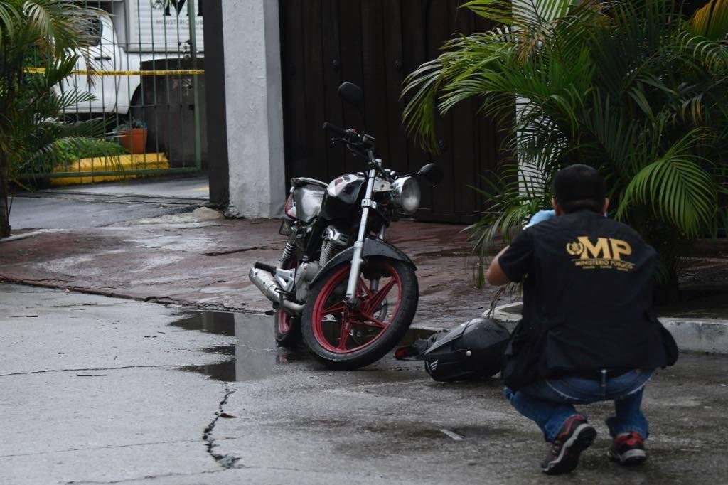 Un hombre fue ultimado a balazos dentro de un restaurante en la zona 10 capitalina. Fotos: Omar Solís