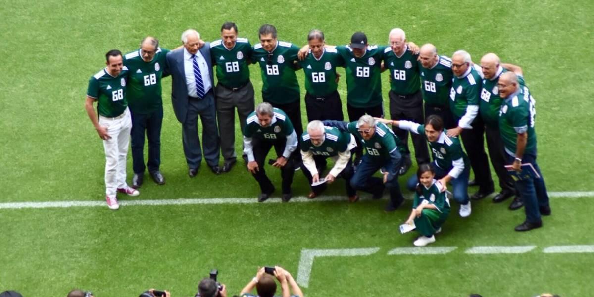 Selección mexicana olímpica de futbol en México 68 recibe homenaje