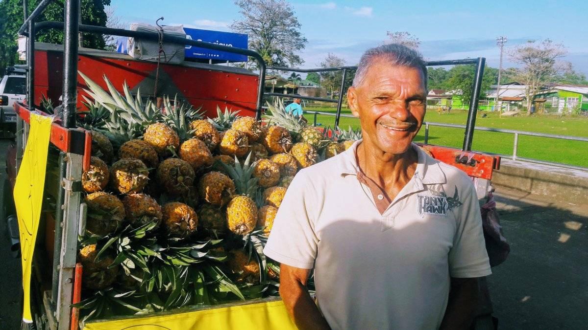 Vendedor de piña. Aunque esta fruta es motor de la economía sus agroquímicos impactan negativamente a este país. Maryelin Reyes