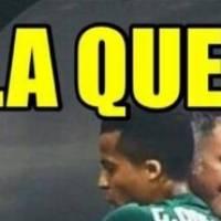 Osorio y Gio dos Santos se dan un abrazo tras el gol