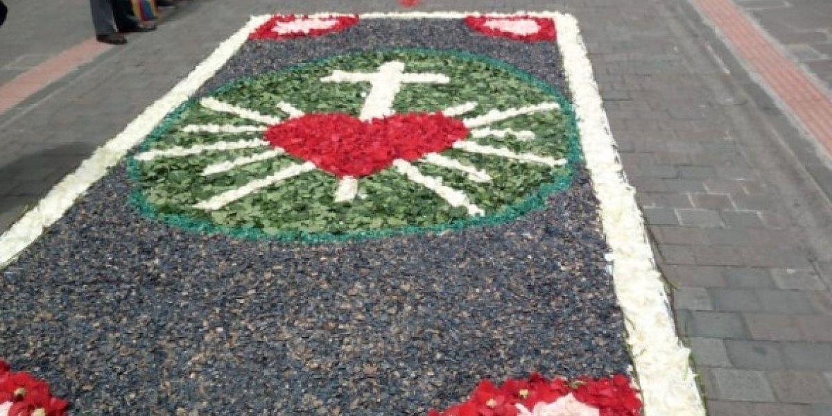 Quito se engalana con alfombras de flores para el Corpus Christi