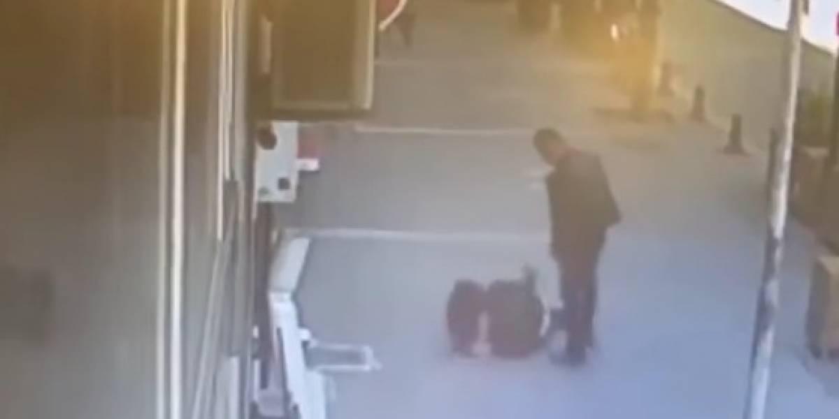 VIDEO: Hombre noquea de un cabezazo al agresor de una mujer