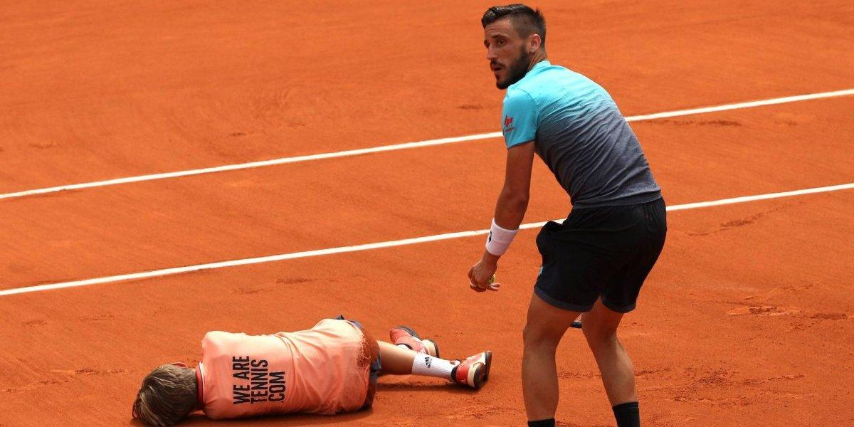 Damir Dzumhur chocó contra un recogepelotas  en el Rolland Garros
