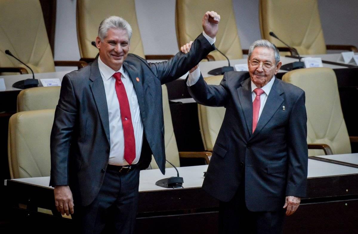 El ex presidente cubano Raúl Castro levanta el brazo del recién elegido presidente cubano Miguel Díaz-Canel. |getty