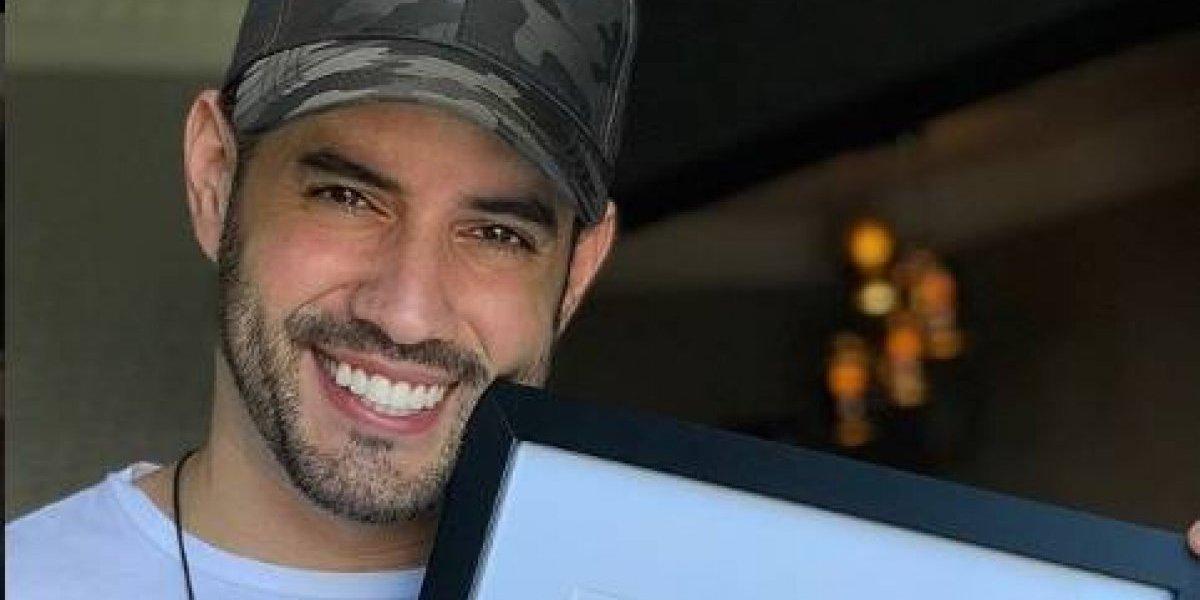 """Manny Cruz recibe certificado de la Academia de la Grabación por """"Dejavú"""""""