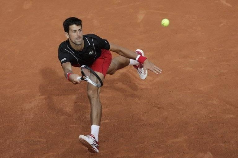 Djokovic devuelve un servicio en el partido ante Verdasco