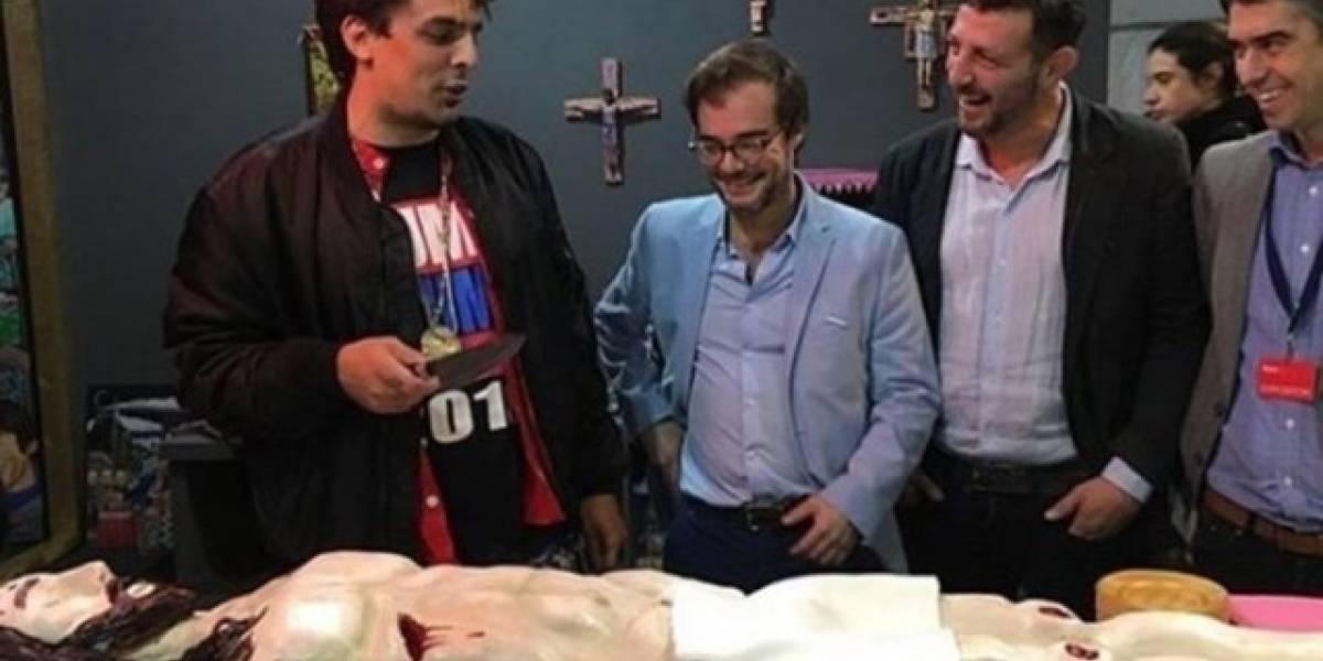 VIDEO: Funcionario argentino come pastel de forma de Cristo y piden su renuncia