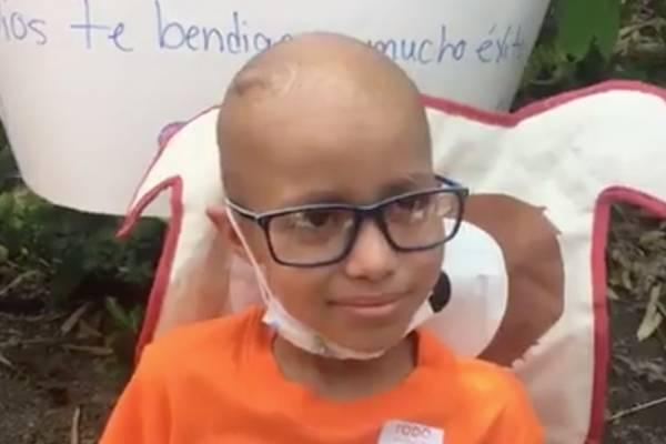 Niño sobreviviente de cáncer