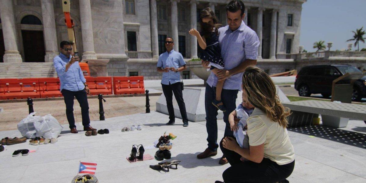 Beatriz y Ricardo Rosselló acuden a protesta de zapatos en Capitolio