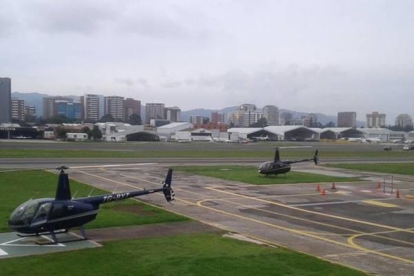 pista del aeropuerto La Aurora tras erupción