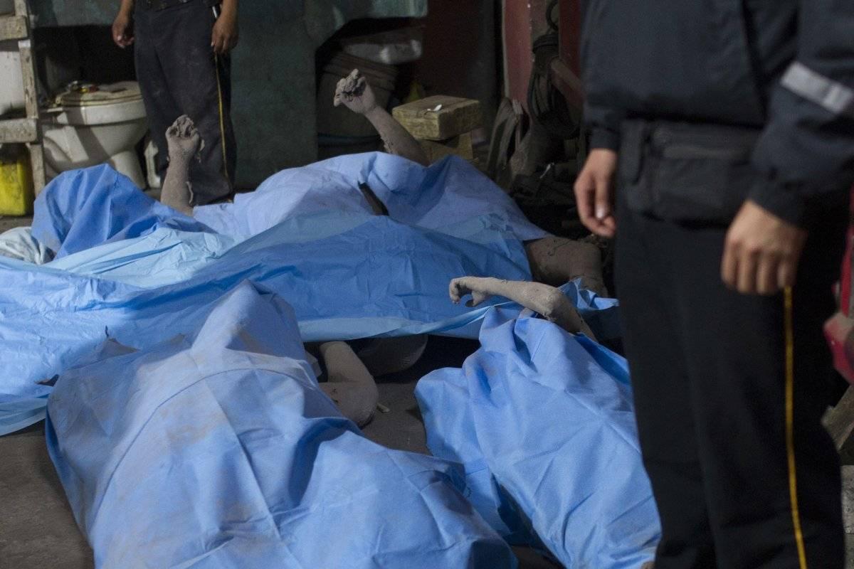 Cadáveres depositados en una morgue temporal cerca del Volcán de Fuego, en Alotenango, Guatemala, el domingo 3 de junio de 2018. (Foto AP / Luis Soto)