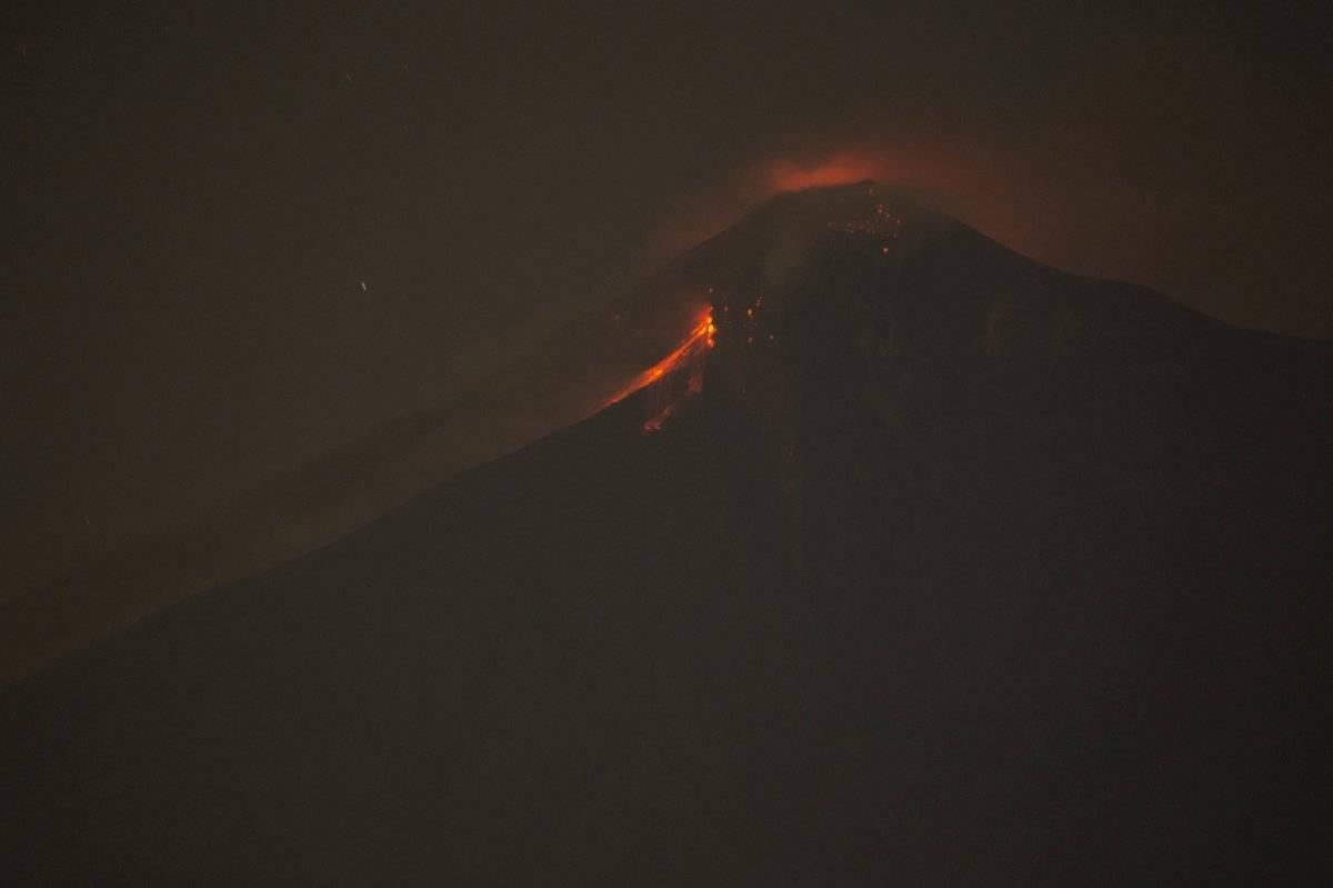 En esta imagen el Volcán de Fuego arroja roca fundida caliente desde su cráter en Alotenango, Guatemala, el domingo 3 de junio de 2018. (Foto AP / Luis Soto)