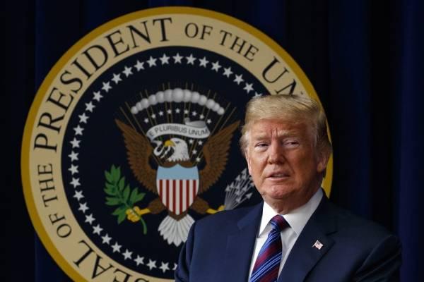 """En esta foto del 30 de mayo de 2018, el presidente Donald Trump arriba a la firma de una ley en la Casa Blanca, Washington. Trump declaró el lunes 4 de junio de 2018 que tiene el """"derecho absoluto"""" de perdonarse a sí mismo. (AP Foto/Evan Vucci)"""