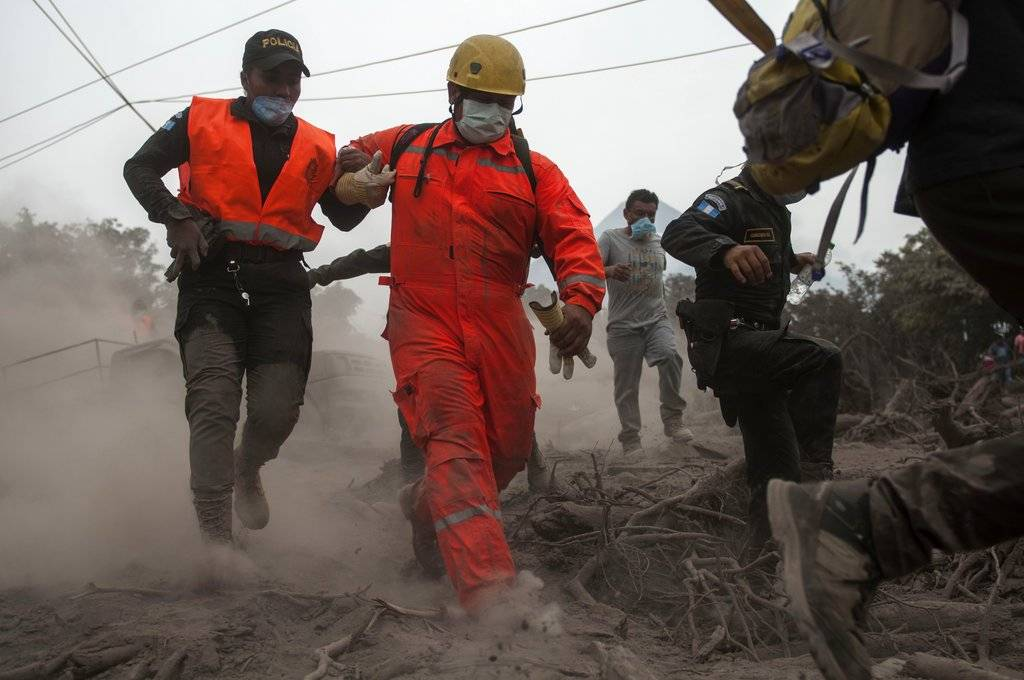 Rescatistas guatemaltecos Foto: AP