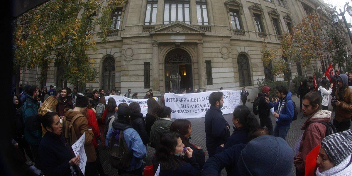No sólo hay problemas con estudiantes: Trabajadores de la Universidad Católica protestan por aumento de sueldo