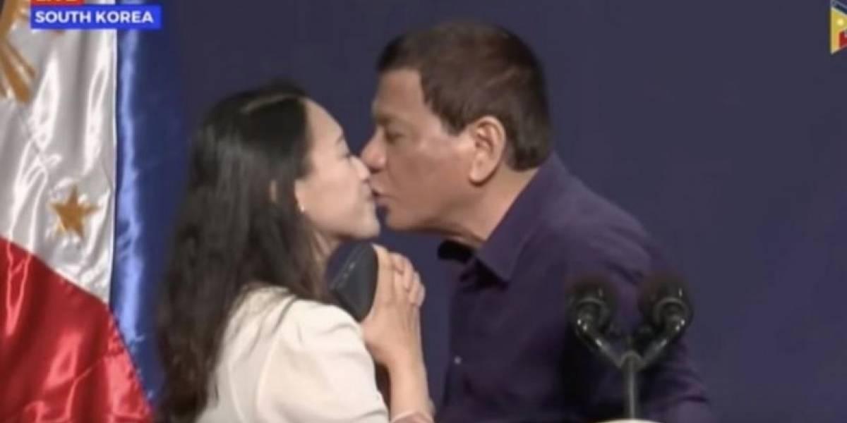 """""""Tienes que pagarme con un beso"""": la ola de críticas que desató el presidente Duterte por forzar a una mujer a besarle en la boca"""