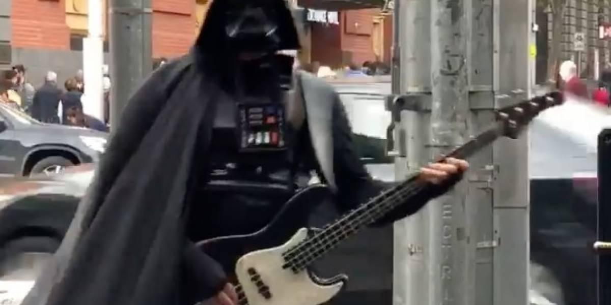 """""""Necesito dinero para una nueva estrella de la muerte"""": el épico recital callejero de  Darth Vader en Australia"""