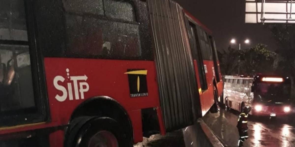Video: TransMilenio quedó subido en un separador y causó caos vehicular