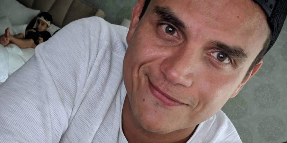 Silvestre Dangond besó a una fanática y regaló cerveza en el patio de su casa en Valledupar