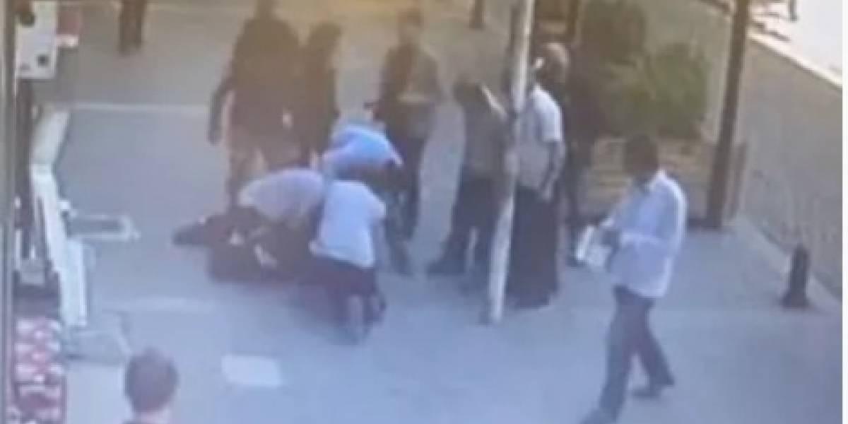 Video: Peatón tumba de un cabezazo a hombre que estaba golpeando a su exmujer en Estambul