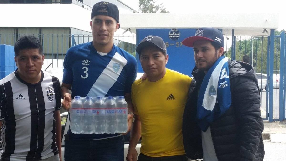 Elías Enoc y Kendel Herrarte con algunos guatemaltecos que realizaron su aporte